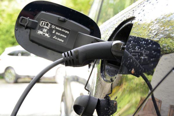 Porsche Cayenne S Hybrid recharging