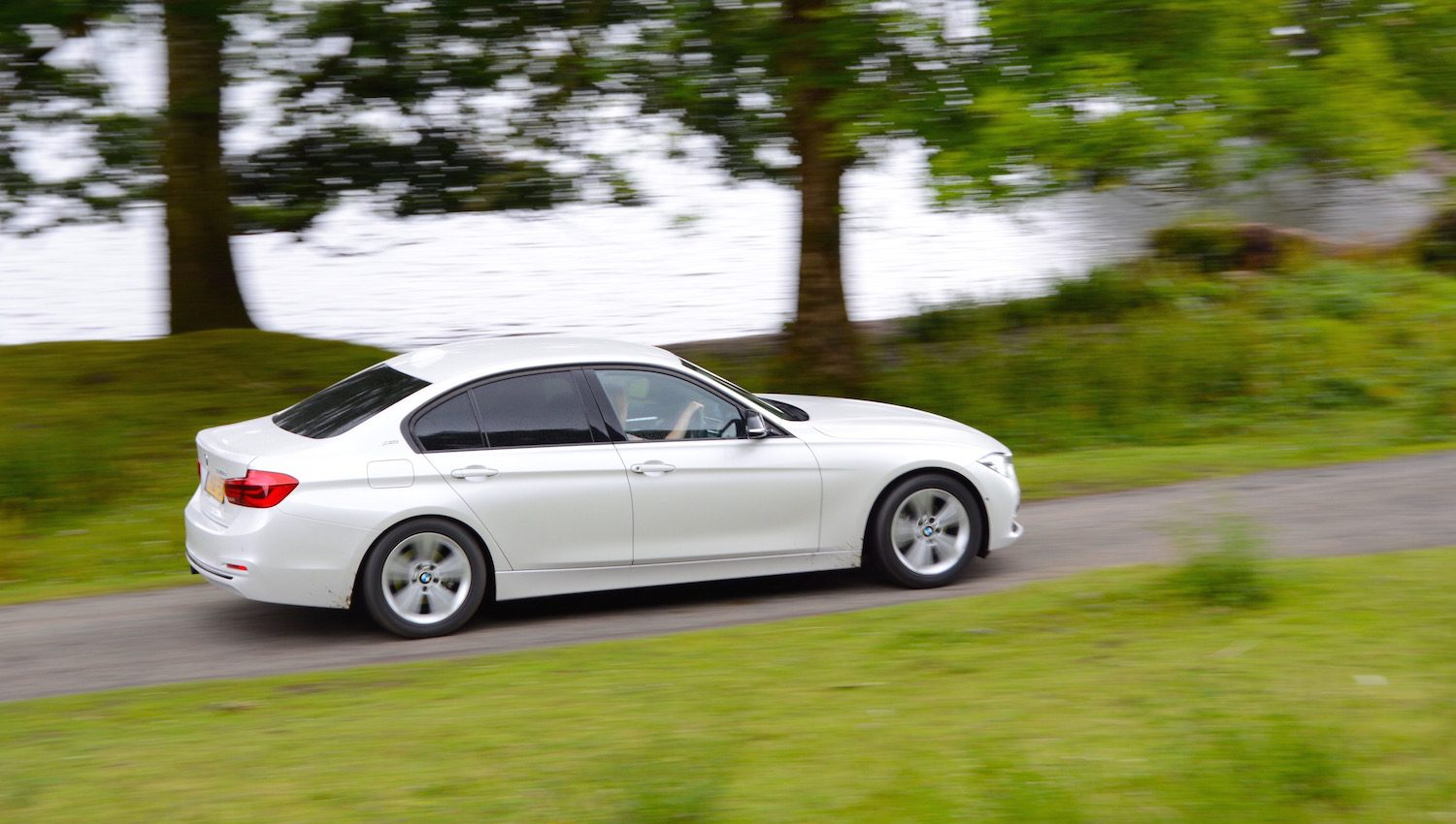 BMW 330e Saloon Review - GreenCarGuide co uk