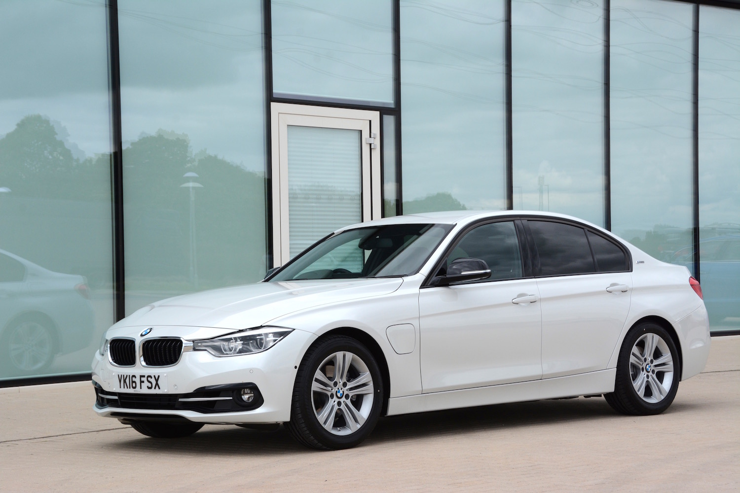 BMW Key Battery >> BMW 330e Saloon Review - GreenCarGuide.co.uk