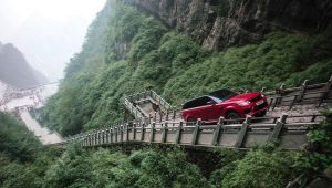 Range Rover Sport P400e climbs to Heaven's Gate rock arch in China