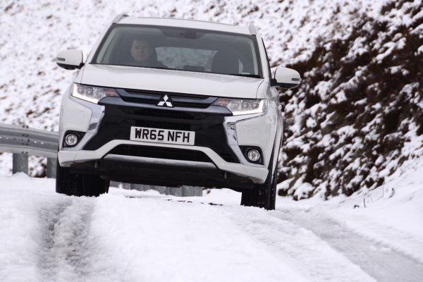 Mitsubishi-Outlander-PHEV-Snow-003-low-res_850